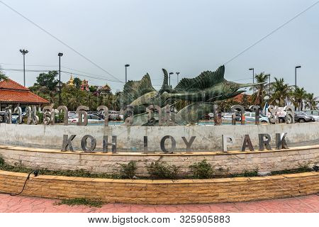 Si Racha, Thailand - March 16, 2019: Koh Loy Park Sign At Fountain With Large Bronze Statues Of Swor