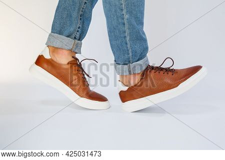 Mens Casual Shoes Are Brown With Natural Leather, Men On The Shoe In Brown Lace Shoes