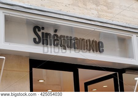 Bordeaux , Aquitaine France  - 06 20 2021 : Sinequanone Logo Brand And Text Sign In Front Of Boutiqu