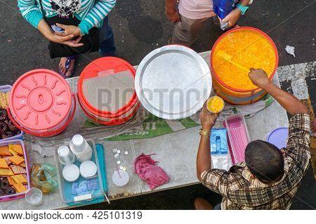 Kota Kinabalu,sabah,malaysia-mac 14,2016:people Buying Soft Drinks Water Juice And Food Snack At Str