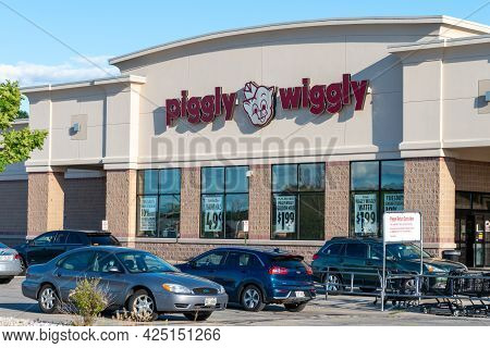 Piggly Wiggly Retail Grocery Store Exterior And Trademark Logo