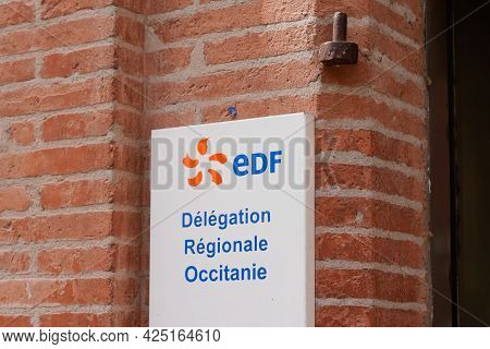 Toulouse , Occitanie France - 06 16 2021 : Edf Logo Brand And Text Sign On Building Entrance Office