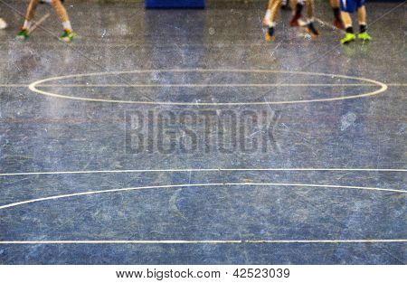 Vintage Foto der Schule Fitnessraum Etage mit aus Fokus Beine der Kinder spielen Basketball in der backg