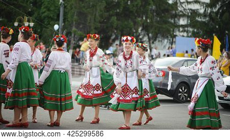 A Series Of Photographs With Ukrainian Costumes. Young Girls In Ukrainian Embroidered Clothes. Holid