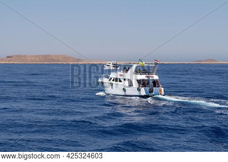 Sharm El Sheikh, Egypt - June 7, 2021: Luxury Yacht With Tourists On Board Cruising Around The Bay O