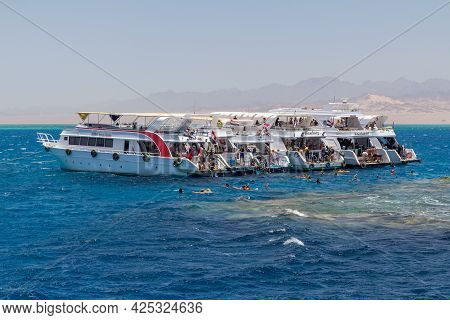 Sharm El Sheikh, Egypt - June 7, 2021: Luxury Yachts With Tourists In A Bay Of The Red Sea In Sharm