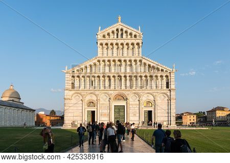 Pisa, Italy-october 21, 2018:tourists Walk Among The Symbolic Places Of Pisa Admiring The Beauty And