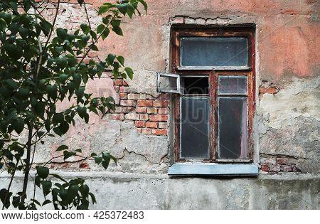 Abandoned House For Renovation. Abandoned Old House. Ruined Old House. Old Vintage House . House Ext