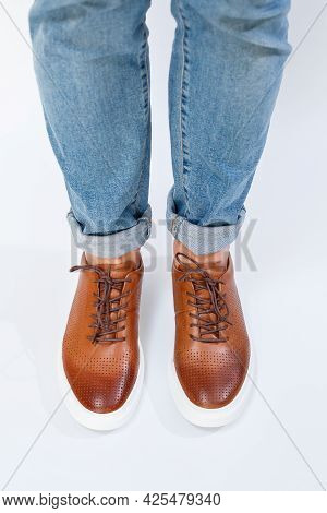 Men's Casual Shoes Are Brown With Natural Leather, Men On The Shoe In Brown Lace Shoes. High Quality