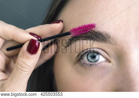 Eyebrow Correction In A Beauty Salon. Combing Your Eyebrows. Womans Eyebrows. Beauty And Care. Beaut
