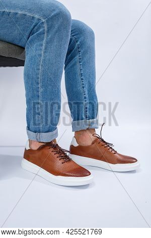 Men's Casual Shoes Are Brown With Natural Leather, Men On The Shoe In Brown Lace Shoes
