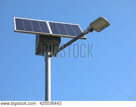 Lamp That Runs On Solar Energy And The Photovoltaic Panel To Capture The Sun S Energy And Transform