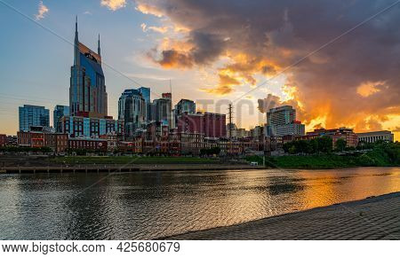Nashville, Tennessee - 27 June 2021: Sunset Behind The Financial Downtown District Of Nashville Refl
