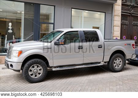 Sète , Ocitanie France  - 06 30 2021 : Ford F-150 Xlt Suv Xtr 4x4 Truck Pickup Car Parked On City Ce