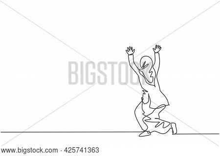 Single Continuous Line Drawing Of Young Beauty Arabian Pose Kneeling And Holding Gesture. Profession
