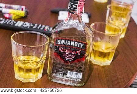 Surat Thani Thailand 24. Mai 2018 Drinking Smirnoff Vodka With Energy Drinks On Koh Ko Samui Surat T