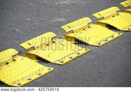 Yellow Flow Traffic Control Plates For One Way Direction Of Cars