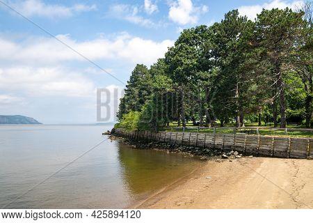 Sleepy Hollow, Ny - Usa - July 5, 2021: A Horizontal View Of Scenic Kingsland Point County Park, An
