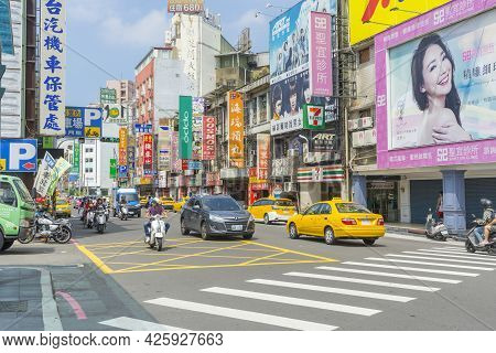 Hsinchu, Taiwan - Aug 7 ,2018. One Of A Junctions On A Busy Zhonghua Road With Sogo Department Store