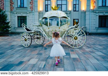 Little Girl Runs To The Carriage. A Fabulous Holiday For A Child.