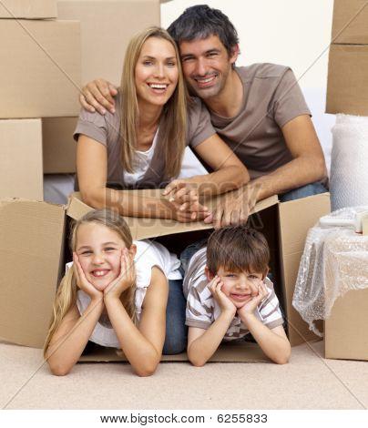 Familia en casa jugando con cajas