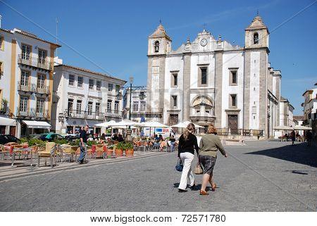 Do Giraldo Square In Evora, Portugal.