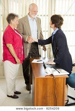 Senioren beantragen Kredit