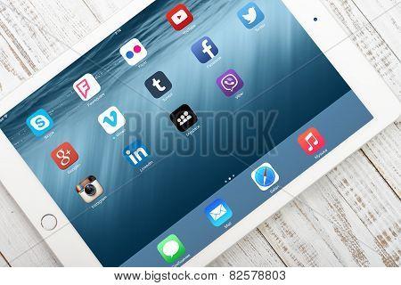 Social Media Icons On Screen Of Ipad Air 2