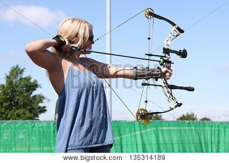 ARLINGTON, TX - APR 18:  Jamie Lynn Spears participates at the ACM & Cabela'??s Great Outdoor Archery Event at the Texas Rangers Youth Ballpark on April 18, 2015.