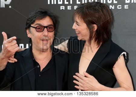 LOS ANGELES - JUN 20:  Yvan Attal, Charlotte Gainsbourg at the Independence Day: Resurgence LA Premiere at the TCL Chinese Theater IMAX on June 20, 2016 in Los Angeles, CA