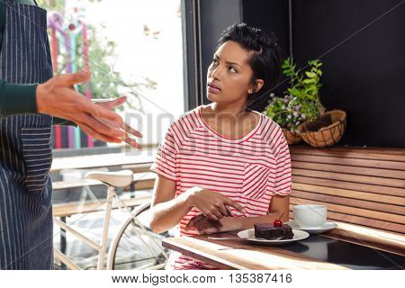 Disagreement between a waiter and a customer in a coffee shop