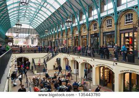 LONDON ENGLAND - OCTOBER 21, 2015: Unknown tourists in Apple Market in Covent garden a former vegetable market