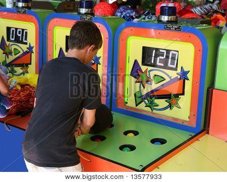 Junge der Whack ein Maulwurf-Spiel spielen