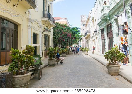 Havana, Cuba - January 16, 2017: Tourists Walking In A Daily Scene In Old Havana, On A Sunny Day. Ha