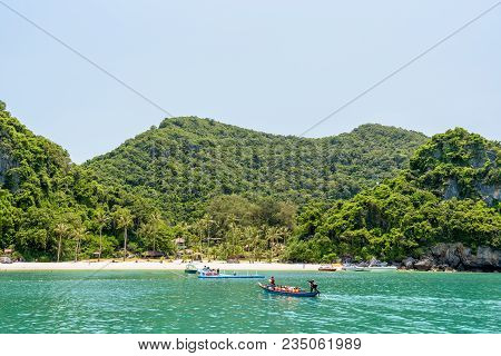 Surat Thani, Thailand-april 26, Tourists Are Traveling By Long Tail Boat To Dock At The Beach Of Ko