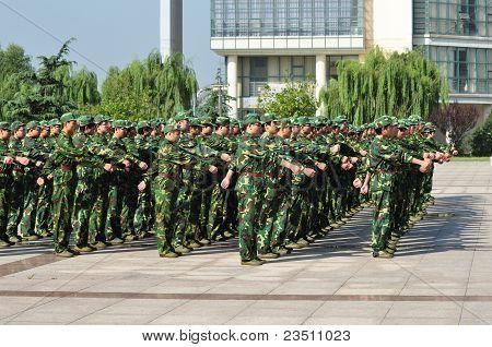 Estudantes fazendo treinamento militar