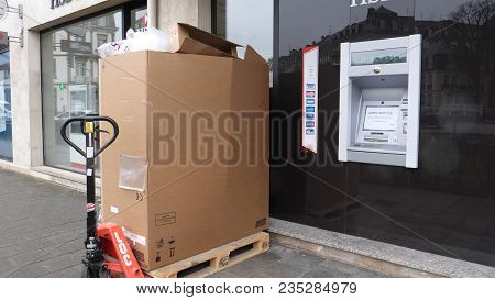 Paris, France - Circa 2018: Installation Of A New Hsbc Atm Automatic Teller Machine At Bank Branch I