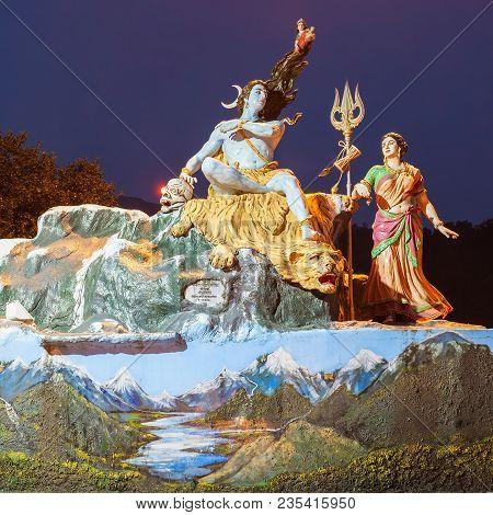Rishikesh, India - November 08, 2015: A Statuee Of The Hindu God Shiva And His Wife Parvati In Rishi