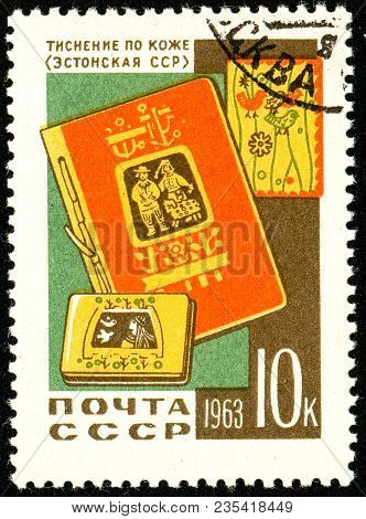 Ukraine - Circa 2018: A Postage Stamp Printed In Ussr Show Embossing On The Skin. Estonia. Series: D