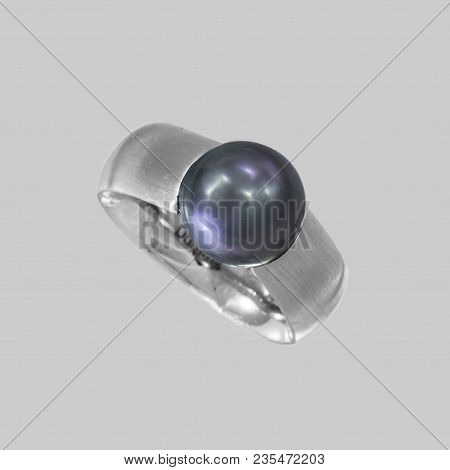 Ladies ring in white gold. Between a ring rail a Tahitian pearl is attached. The ring band is made of white gold and is frosted.