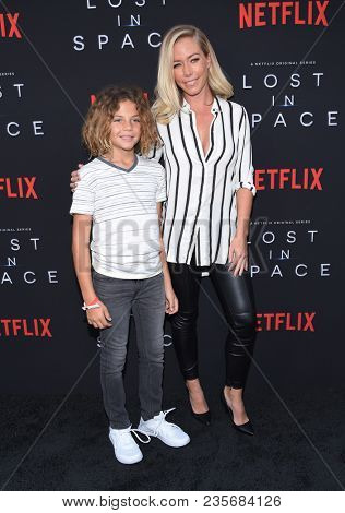 LOS ANGELES - APR 09:  Kendra Wilkinson and Hank Baskett IV arrives to the premiere of Netflix's