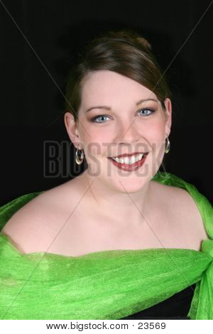 Hermosa mujer 20 - cinco años de edad en verde Formal