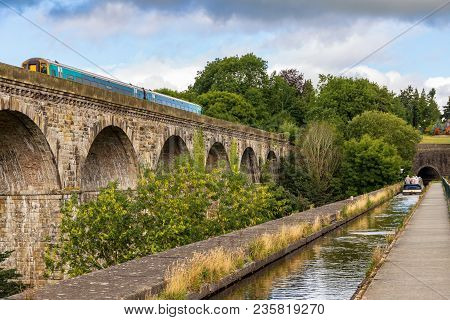 Chirk, Wrexham, Wales, Uk - August 31, 2016: People Steering A Narrowboat Over The Chirk Aqueduct To