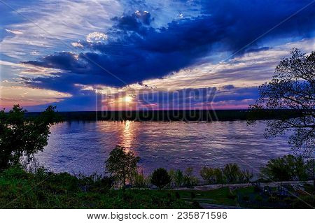 Vicksburg, Usa, 2018.04.09, Sunset Over The Mississippi River At Vicksburg In The Usa.