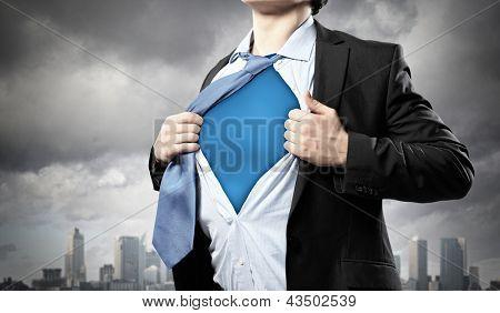 Bild der junge Geschäftsmann anzeigen Superhelden-Anzug unter sein Shirt ansehen gegen Stadt backgro