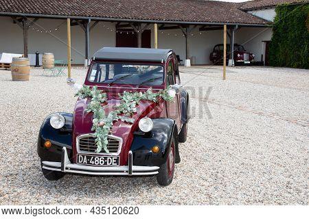 Bordeaux , Aquitaine  France - 09 30 2021 : Citroen 2cv6 Charleston Bride And Groom Wedding In 2cv I
