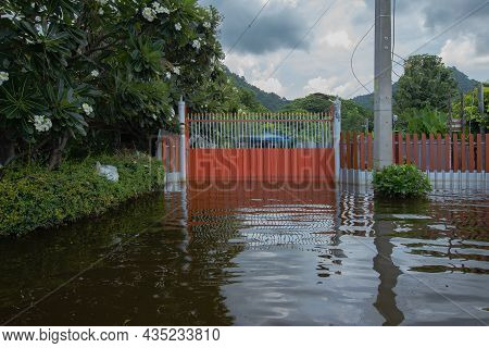 04,oct,2021,lopburi Thailand,orange Painted Doors And Houses Flooded By The Rainy Season Storm Tien