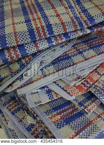 Folding Plaid Shopping Bags With Zipper On The Market Counter