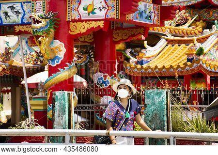 Life Lifestyle New Normal Travelers Thai Women Wearing Mask Travel Visit Respect Praying Angel Deity