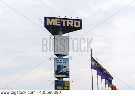 Volzhsky, Russia-september 21, 2021: Metro German Multinational Company Logo. Metro Cash And Carry L